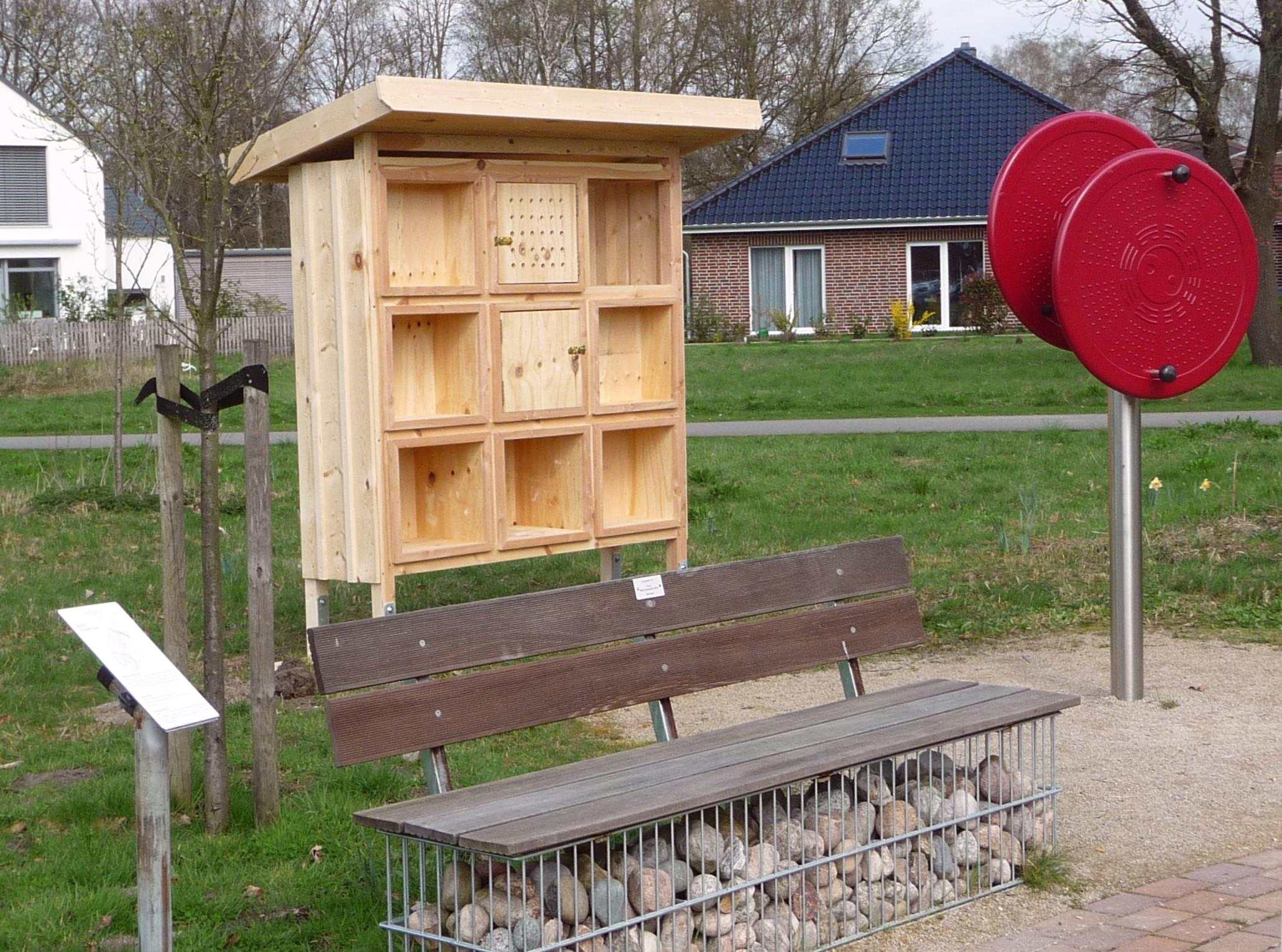insektenhotel aufstellen insektenhotel hell gelb insekten. Black Bedroom Furniture Sets. Home Design Ideas